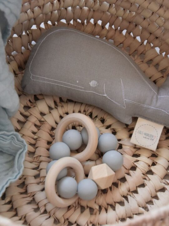 Beißring aus Holz im Korb