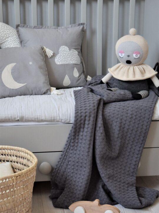 Babydecke anthrazit auf dem Bett